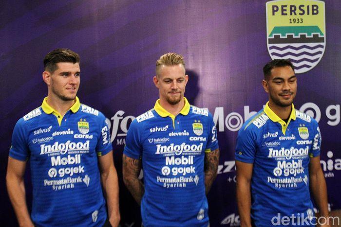 Tiga pemain itu, dua orang berasal dari Belanda, Nick Kuipers dan Kevin van Kippersluis, serta satu asing Asia merupakan orang Iran, Omin Nazari.