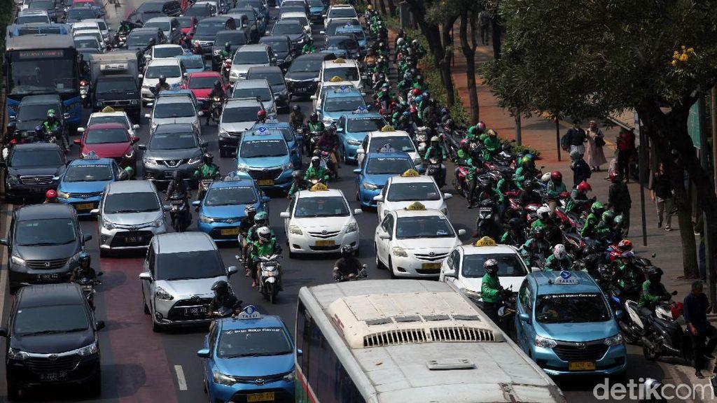 Duh, Ojol dan Taksi Mangkal Sembarangan Bikin Macet Lalu Lintas