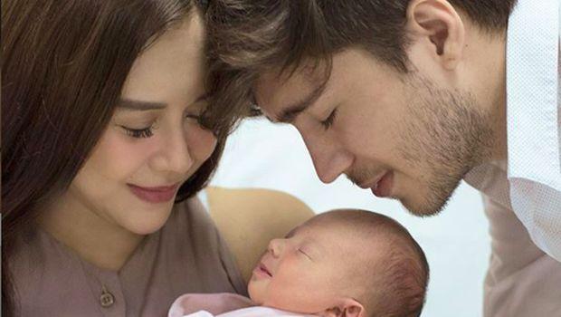 Aura Kasih bersama suami dan anaknya