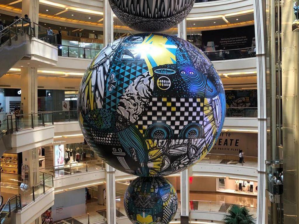 Balon Raksasa Monster Darbotz Mejeng di Lobi Mal