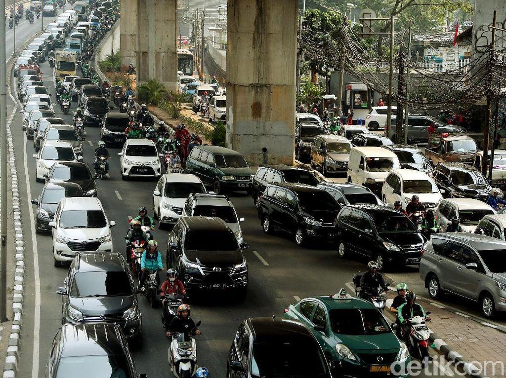 Imbas Perbaikan Jalan dan Revitalisasi Trotoar, Kuningan Makin Macet