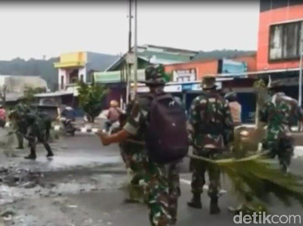 Pascarusuh, Warga Bersama TNI Bersihkan Kota Manokwari