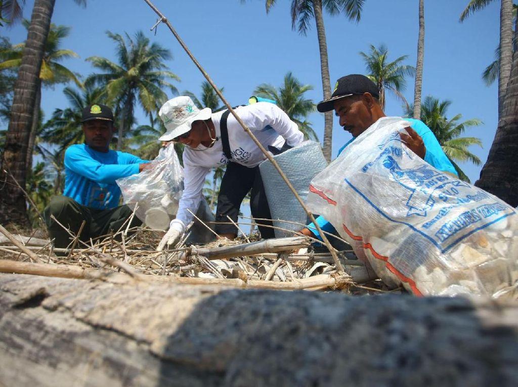 Bersih-bersih Pantai Cintai Laut