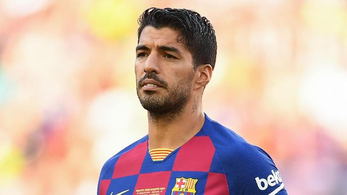 BARCELONA, SPAIN - AUGUST 04: Luis Suarez of FC Barcelona looks on prior to the Joan Gamper trophy friendly match between FC Barcelona and Arsenal at Nou Camp on August 04, 2019 in Barcelona, Spain. (Photo by David Ramos/Getty Images)