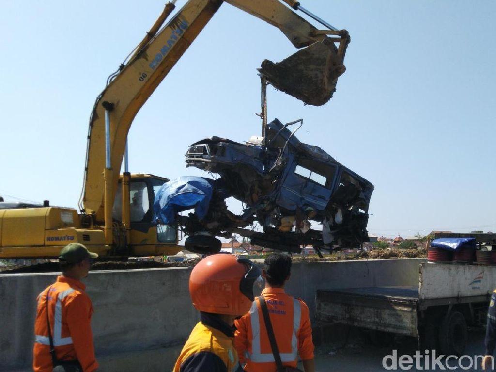 Tertabrak Kereta Api di Semarang, Mobil Terpental Masuk Sungai