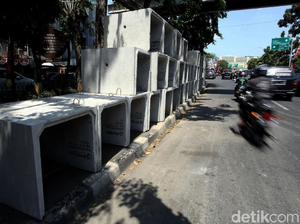 Tumpukan Beton Saluran Air Duduki Trotoar Cideng Timur