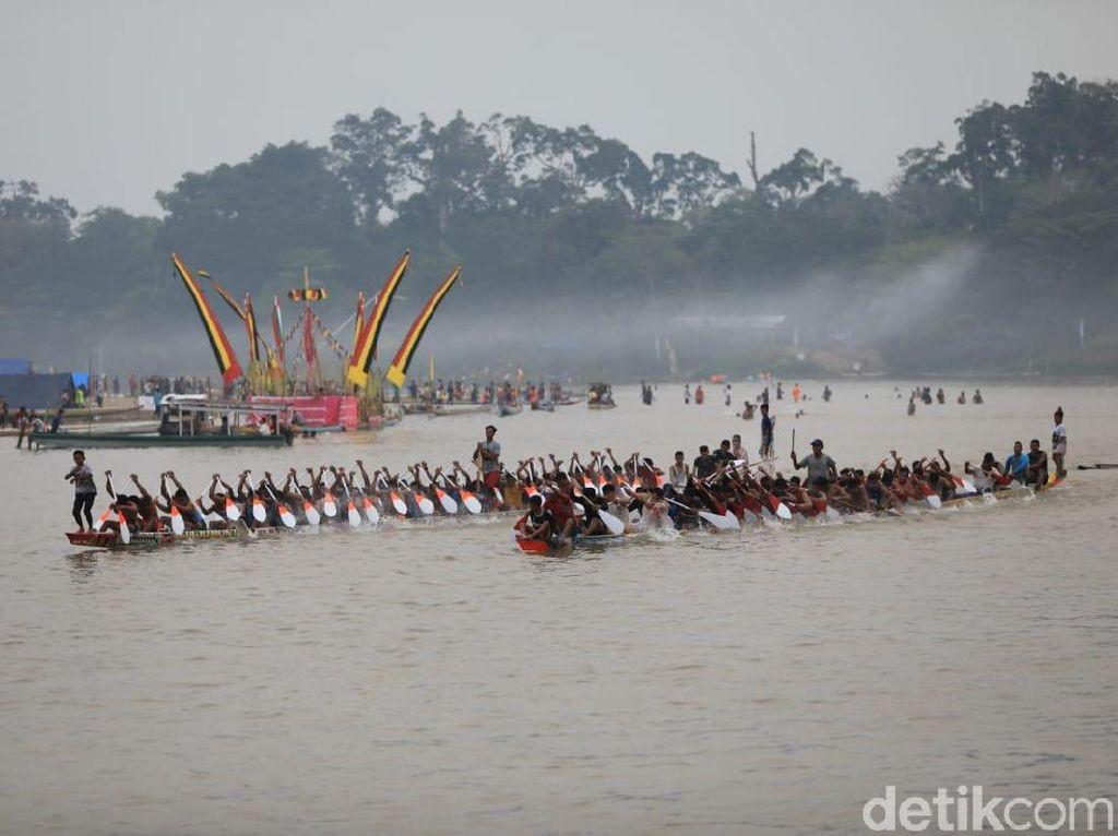 Foto Seru Festival Pacu Jalur di Kuantan Singingi