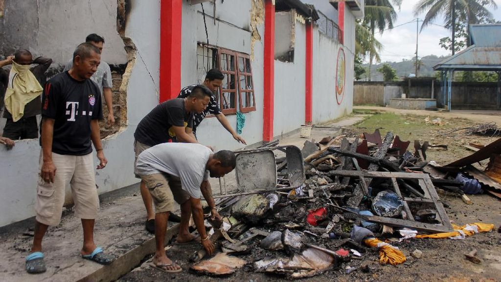 Napi Bersihkan Sisa Kebakaran Lapas Sorong Pascakerusuhan