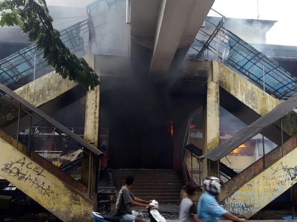 Kondisi Pasar Thumburuni dan Kantor Adat di Fakfak yang Dibakar Massa