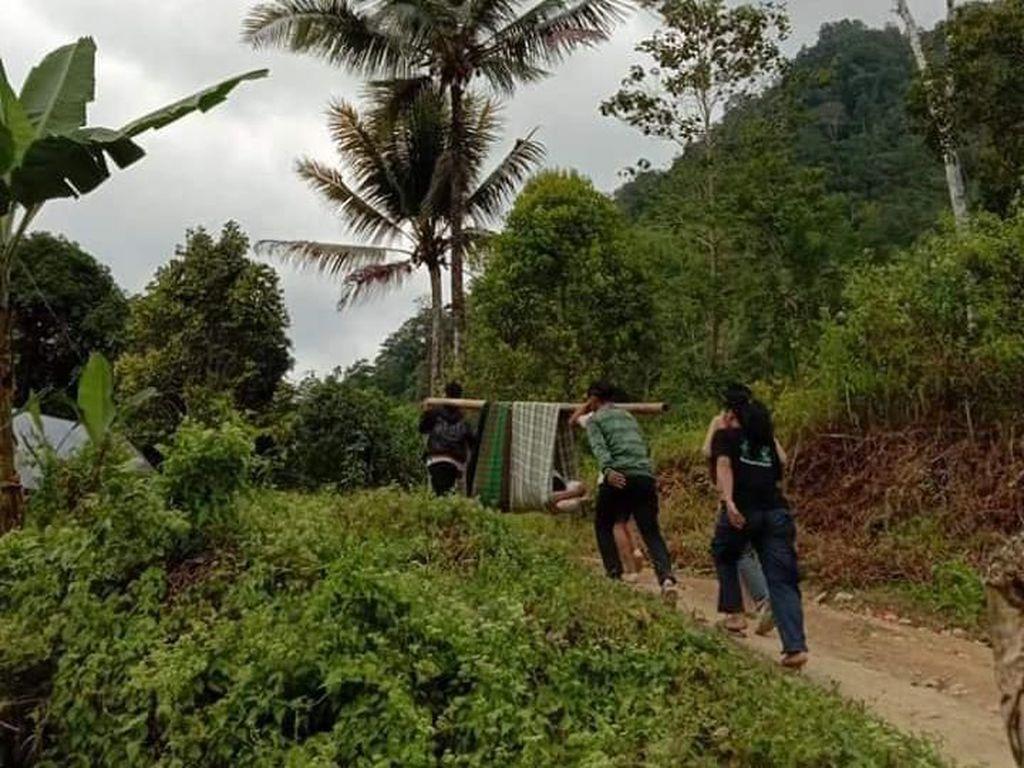 Kisah Miris di Sulbar, Warga Ditandu dengan Kain Sejauh 6 Km demi Berobat