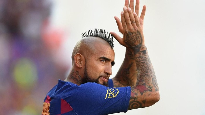 BARCELONA, SPAIN - AUGUST 04: Arturo Vidal of FC Barcelona waves to the crowd prior to the Joan Gamper trophy friendly match between FC Barcelona and Arsenal at Nou Camp on August 04, 2019 in Barcelona, Spain. (Photo by David Ramos/Getty Images)