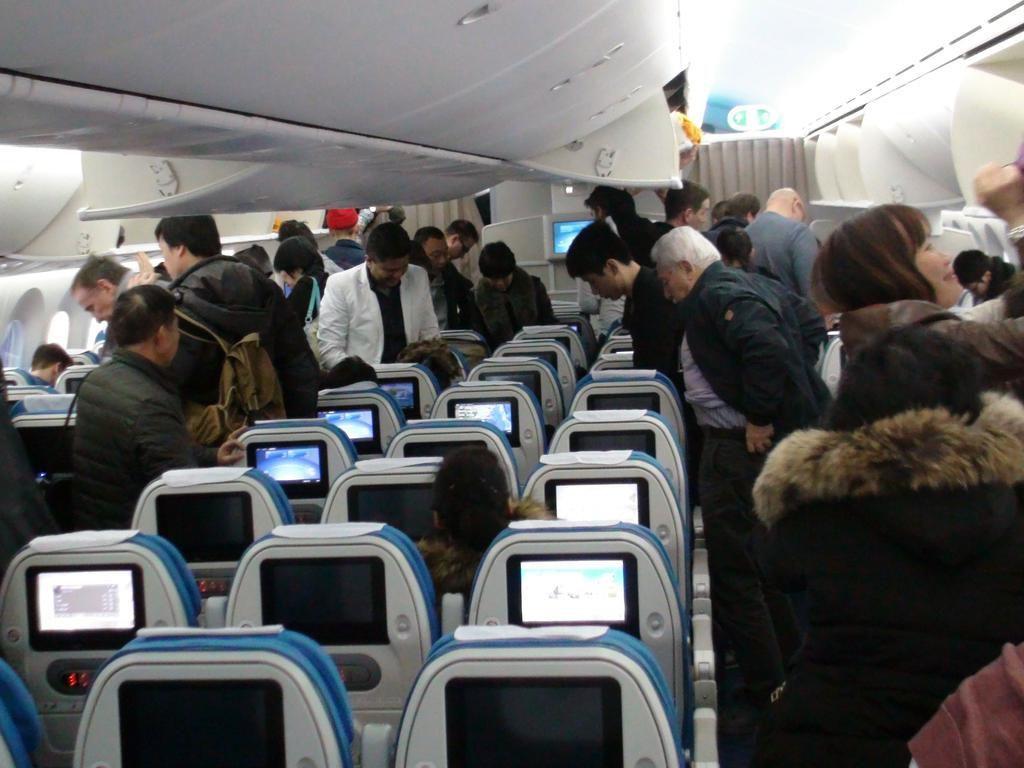 Bahaya! Pengap di Pesawat, Penumpang Ini Buka Pintu Darurat