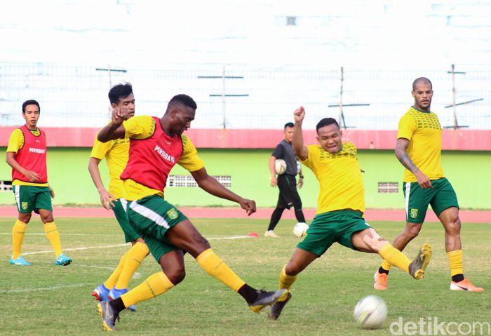Para pemain Persebaya mengikuti latihan di Stadion Gelora Delta, Sidoarjo, Kamis (22/8/2019).