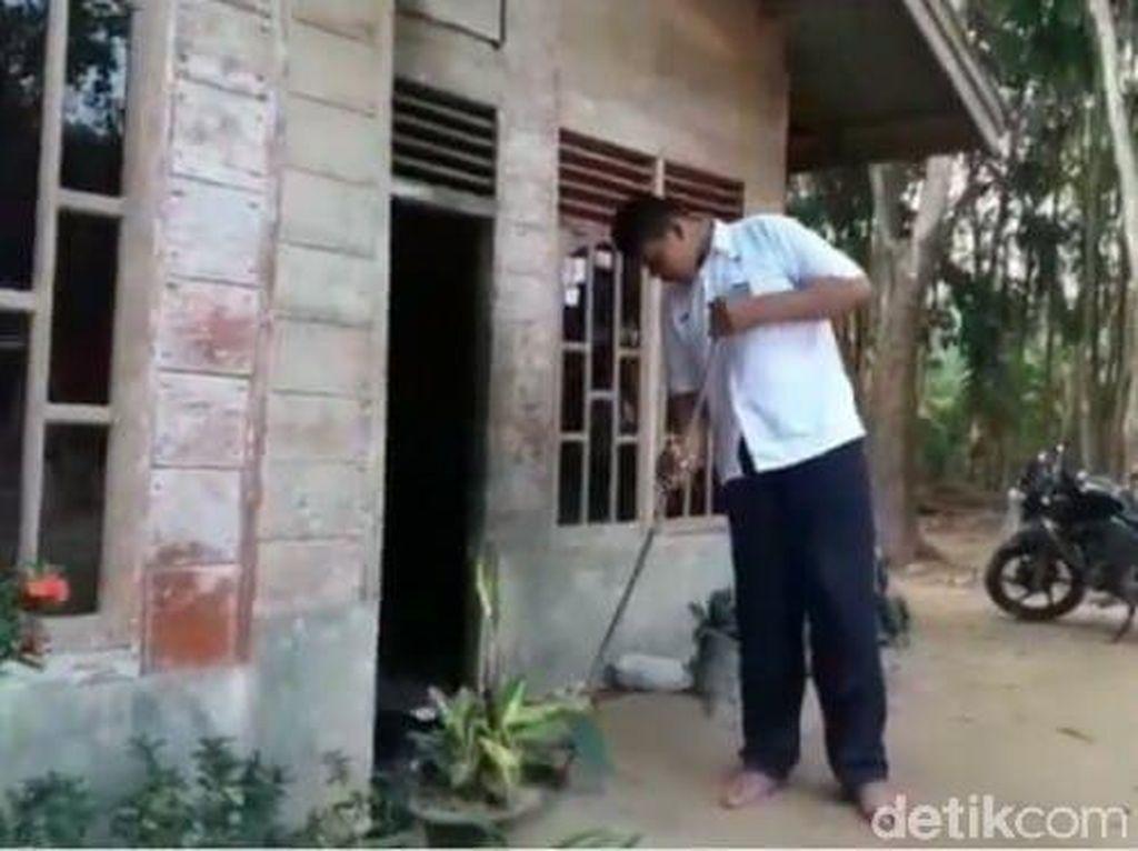 Siswa SMA di Riau Ini Tingginya 2,06 Meter, Kosen Pintu Dibongkar