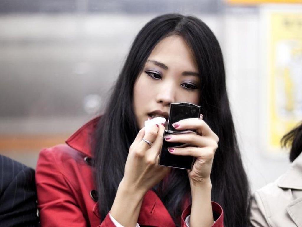 Tak Bersihkan Makeup dengan Baik, Dokter Temukan Tungau Hidup di Bulu Matanya
