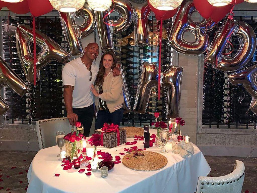 Romantis! Kulineran The Rock dan Istrinya yang Telah Dipacari 12 Tahun