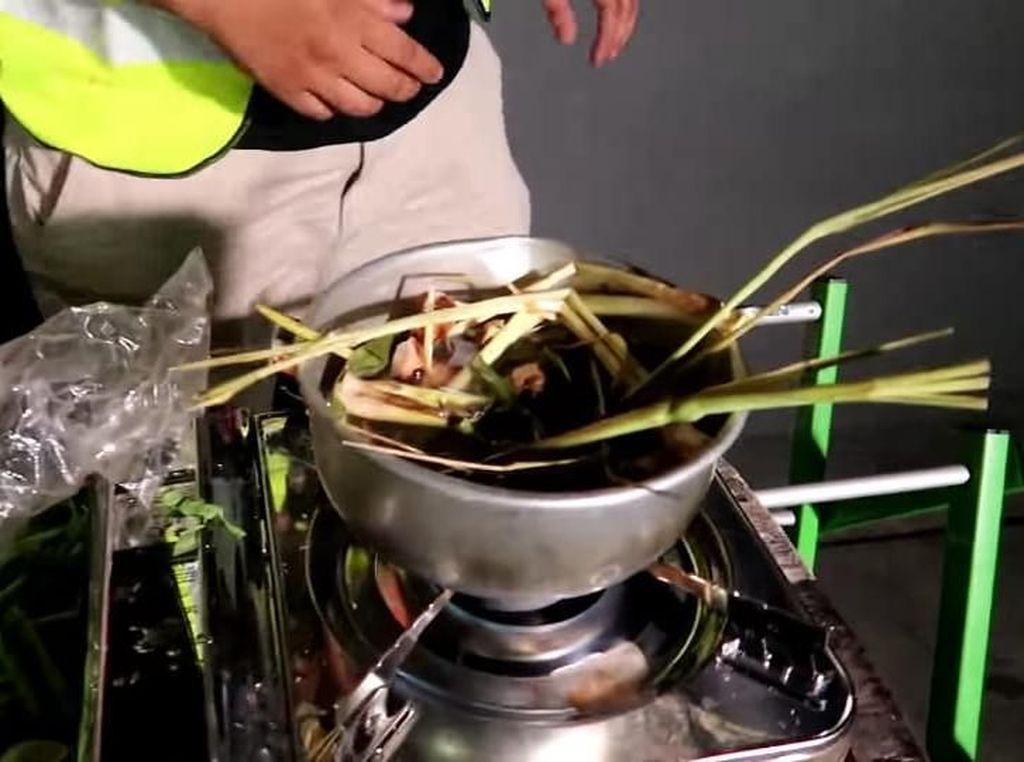 Tutorial Masak Super Ngaco, Dua Pria Ini Masak Sup Ayam Adem Sari
