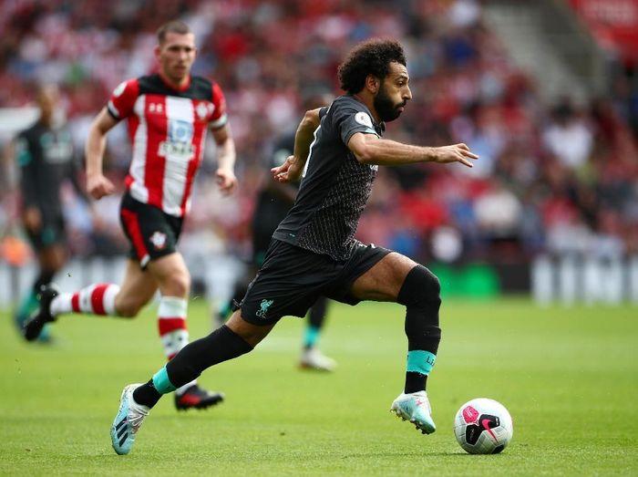 Mohamed Salah berlari di atas air untuk mempromosikan sepatu Adidas terbaru (Hannah McKay/Reuters)