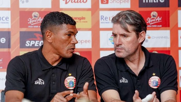Julio Banuelos, pelatih Persija Jakarta dalam konferensi pers menjelang duel dengan Persebaya Surabaya. (dok. Persebaya Surabaya)
