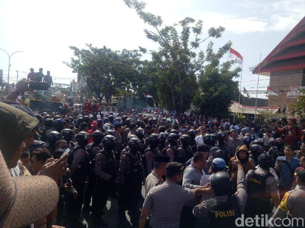 Pendukung Gubernur Sulsel Geruduk DPRD: Tidak Ada Pemakzulan!