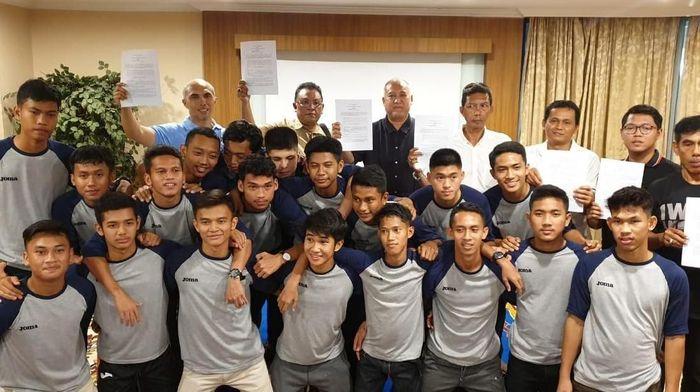 Vamos Indonesia menjalin MoU dengan SSB yang pemainnya berangkat ke Spanyol (dok.Vamos Indonesia)