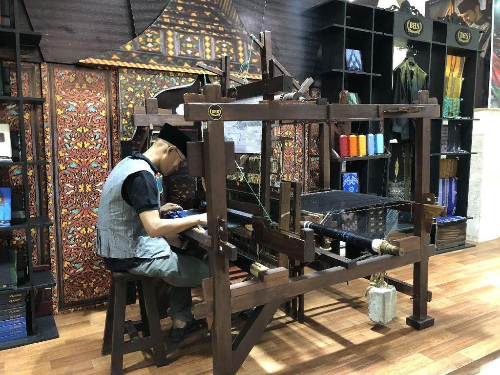 Kolaborasi SOGO dan BHS Lestarikan Produksi Sarung Tenun Lokal