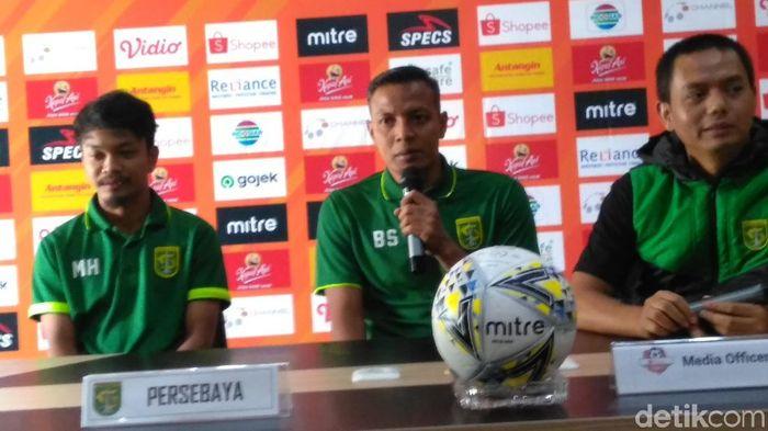 Bejo Sugiantoro (tengah) memberi keterangan pers untuk Persebaya Surabaya. (Foto: Deni Prastyo Utomo/detikSport)