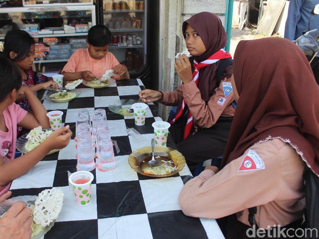 Warga Korban Lumpur Sediakan Makan Siang Gratis Usai Salat Jumat