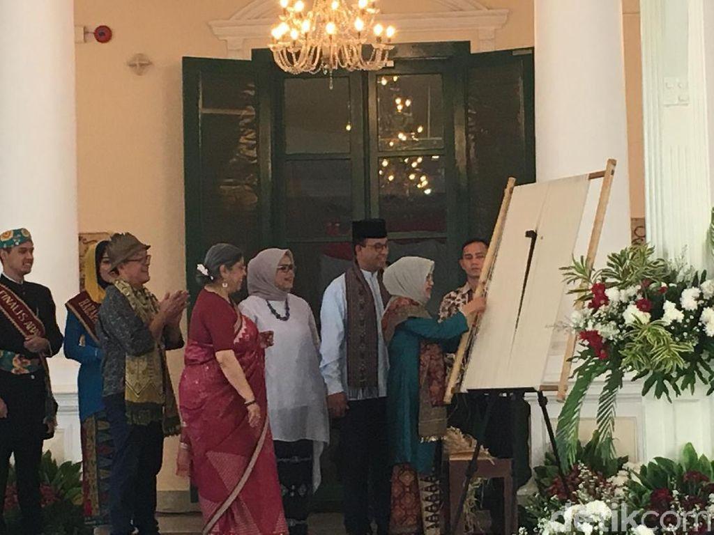 Mufidah Kalla dan Anies Baswedan Buka Pameran Ikat Dunia
