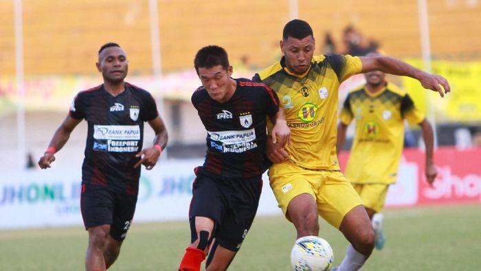 Pemain Barito Putera Lucas Rodrigues Ramos Da Silva (kanan) berebut bola dengan pemain Persipura Jayapura Oh Inkyun (kanan) (Bayu Pratama S/Antara)