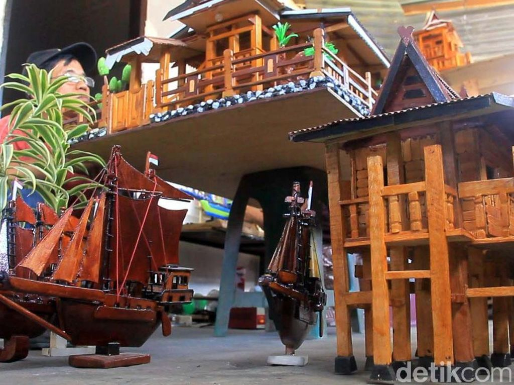 Apiknya Limbah Kayu Disulap Jadi Miniatur Rumah Adat hingga Pinisi