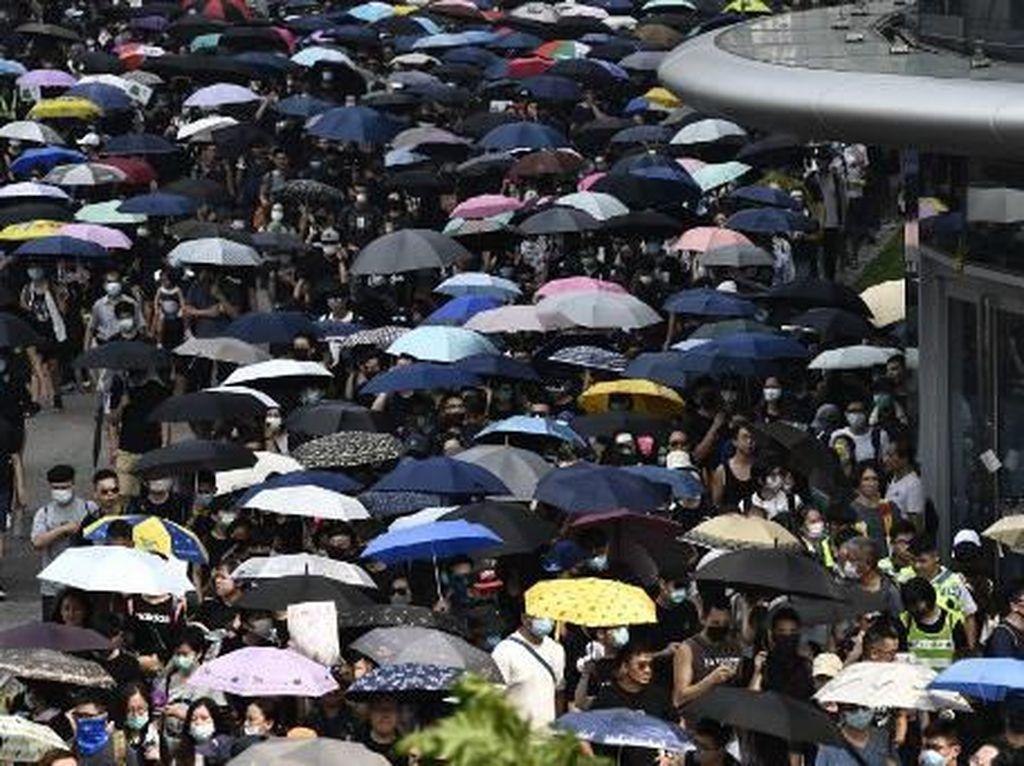 Tegang! Ribuan Demonstran Hong Kong Berhadapan dengan Polisi