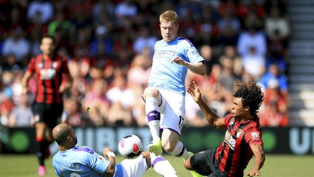 Bournemouth's Nathan Ake, right, battles for the ball with Manchester City's Kyle Walker, left, and Kevin De Bruyne during the English Premier League soccer match between Bournemouth and Manchester City at the Vitality Stadium, Bournemouth, England, Sunday Aug. 25, 2019. (Adam Davy/PA via AP)