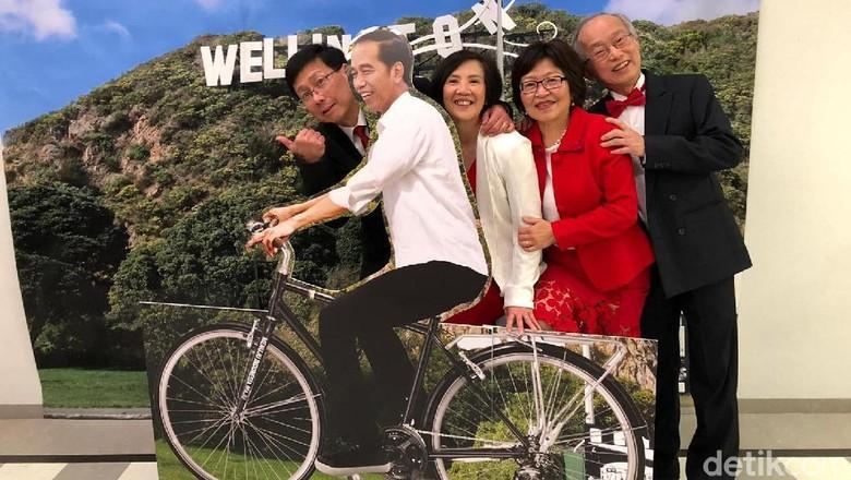 Saat Foto Jokowi Ngontel Jadi Rebutan di Wellington