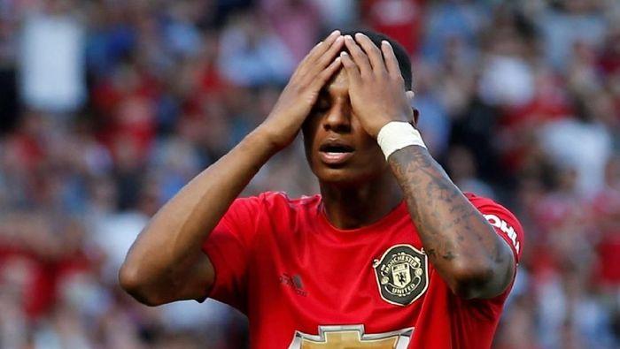 Pemain Manchester United, Marcus Rashford, gagal penalti saat melawan Crystal Palace. MU kalah 1-2 di laga lanjutan Liga Inggris itu. (Foto: Andrew Yates/Reuters)