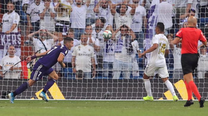 Pemain Real Valladolid, Sergi Guardiola, membatalkan kemenangan Real Madrid. Skor akhir Madrid vs Valladolid 1-1. (Foto: Juan Medina/Reuters)