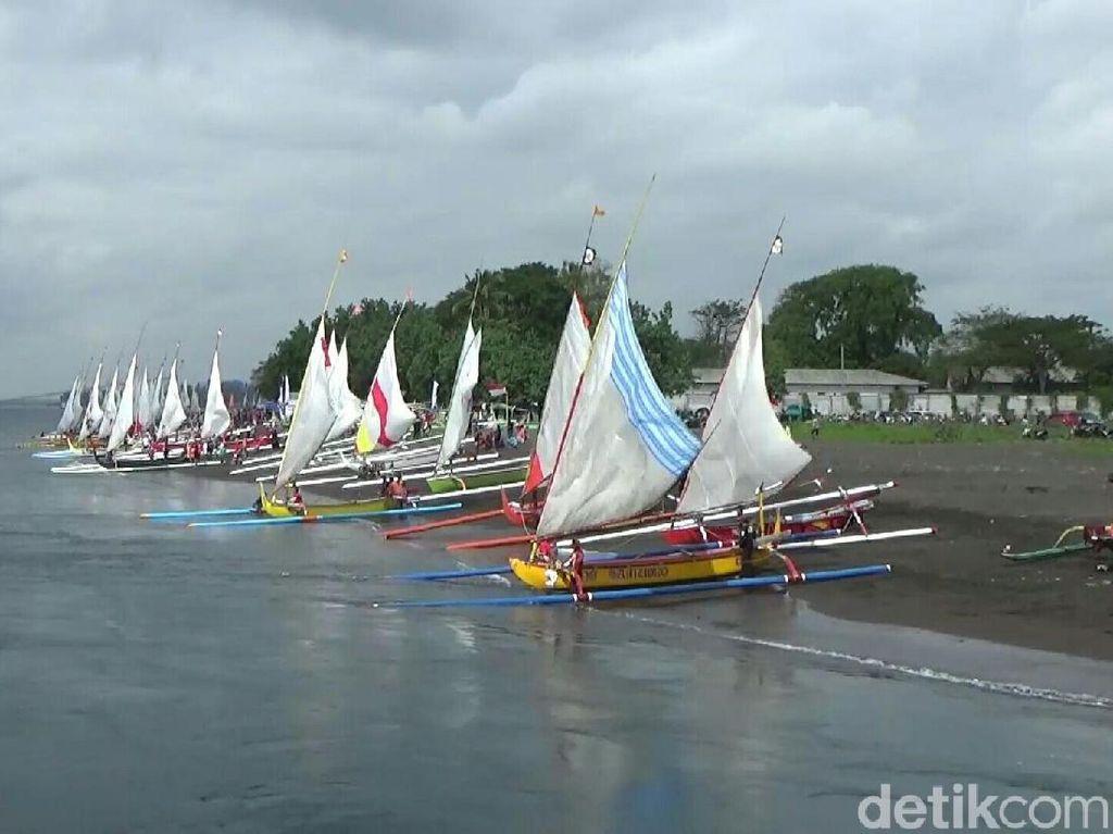 Kemeriahan Lomba Perahu Layar Lintasi Selat Bali