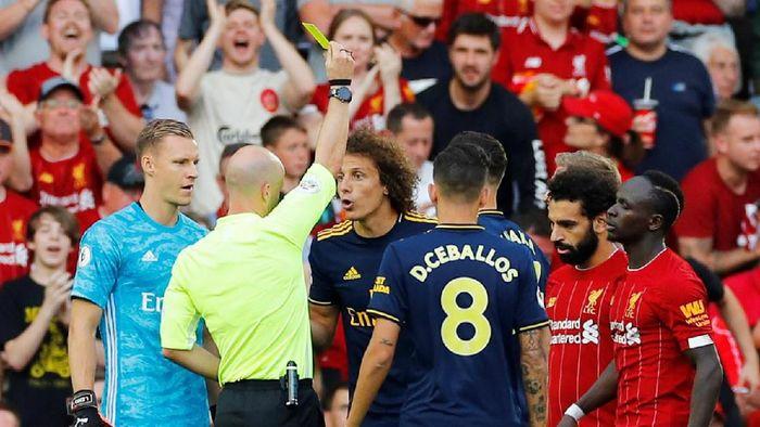 David Luiz diganjar kartu kuning karena menarik jersey Mohamed Salah. (Foto: Phil Noble/Reuters)