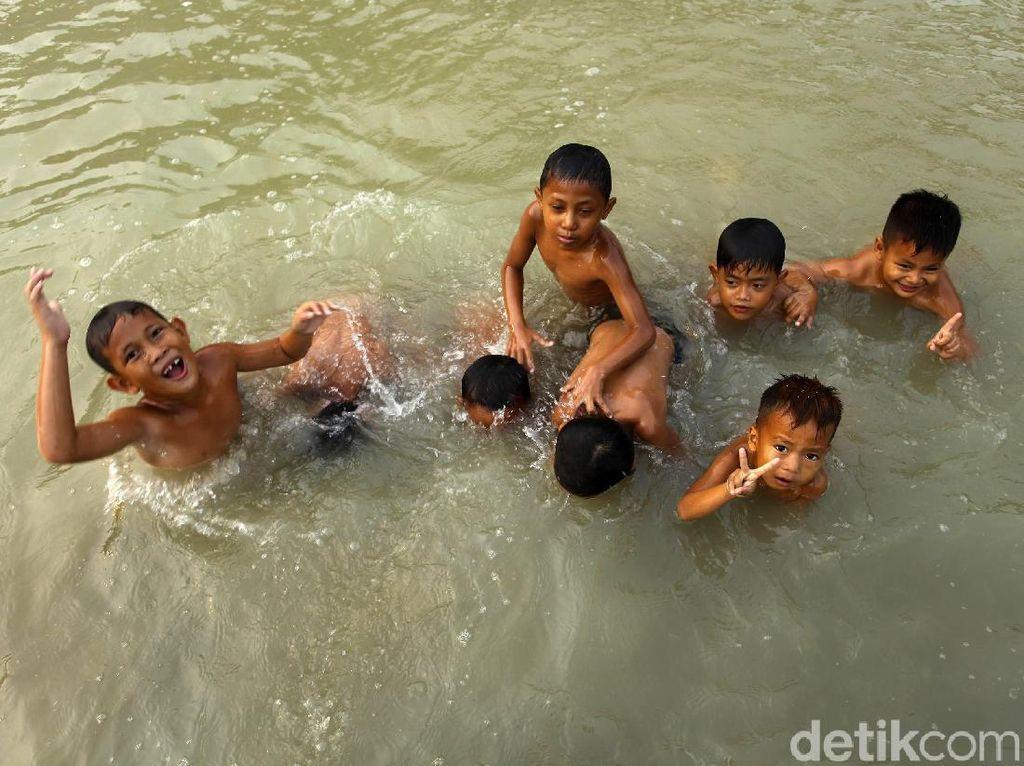 Potret Keceriaan Anak-anak Berenang di Sungai Cipamingkis