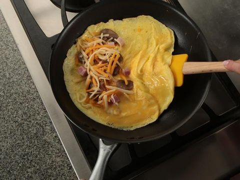 Cukup 10 Menit Bikin Omelet Isi yang Gurih Enak