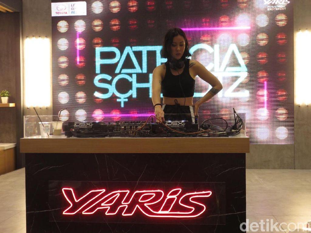 DJ Cantik yang Suka Mobil Mungil