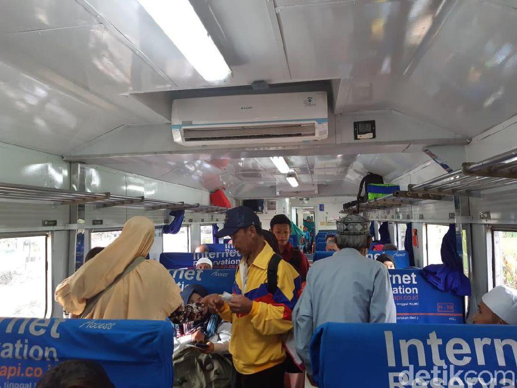 Cerita Warga Ajak 12 Orang Anak Cucu Jajal Kereta Baru Cianjur
