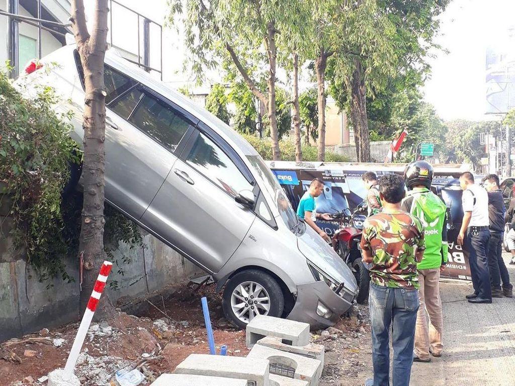 Kebablasan Parkir, Mobil Innova Nyungsep di Kemang