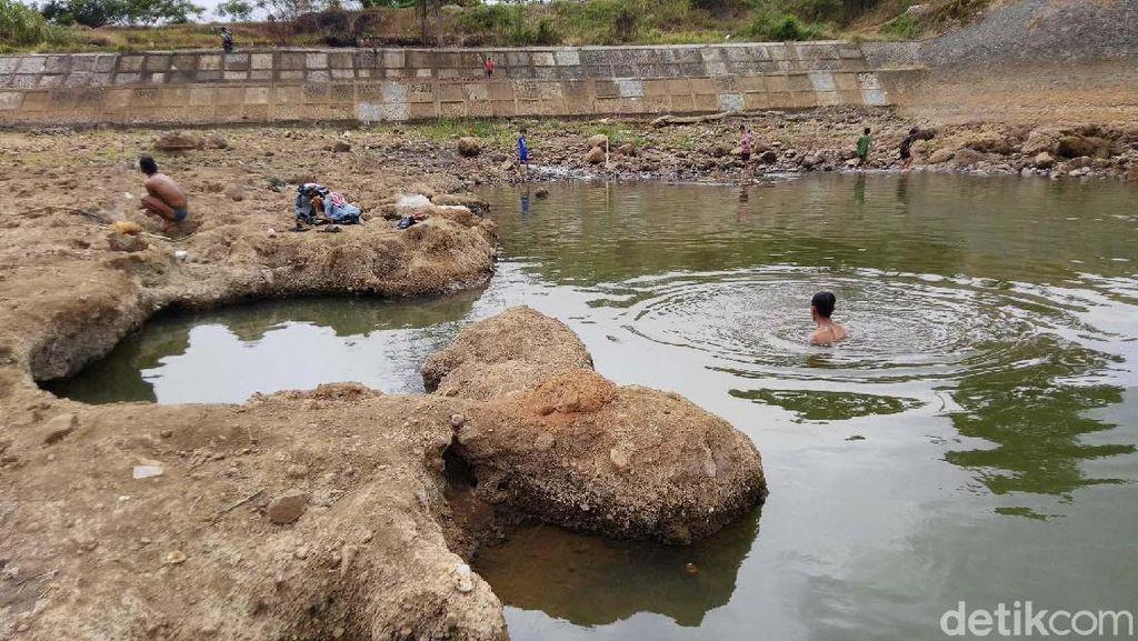 Penampakan Dasar Sungai Citanduy yang Mengering