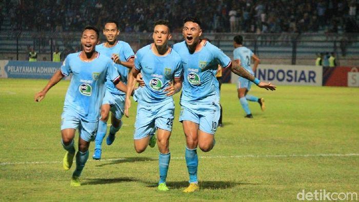 Persela Lamongan menelan kerugian finansial karena penundaan duel dengan Persija Jakarta di Liga 1. (Foto: Eko Sudjarwo/detikSport)