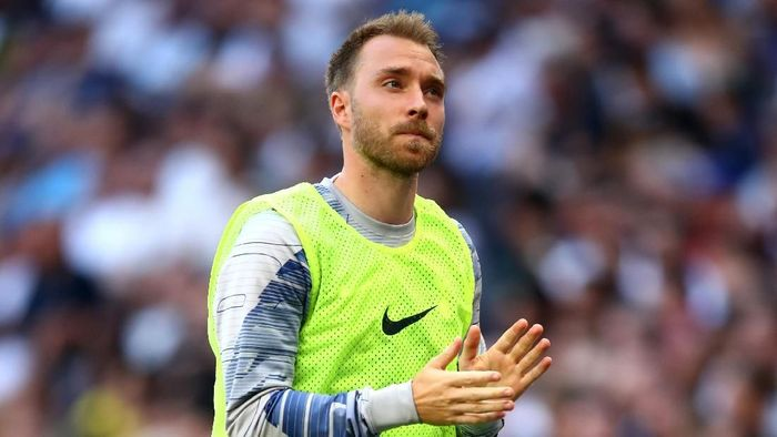 LONDON, ENGLAND - AUGUST 25: Christian Eriksen of Tottenham Hotspur applauds the crowd while warming up pitch-side during the Premier League match between Tottenham Hotspur and Newcastle United at Tottenham Hotspur Stadium on August 25, 2019 in London, United Kingdom. (Photo by Julian Finney/Getty Images)