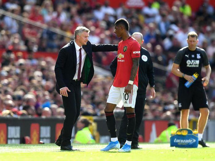 Ole Gunnar Solskjaer memberi arahan salah satu striker Manchester United, Marcus Rashford. (Foto: Michael Regan / Getty Images)