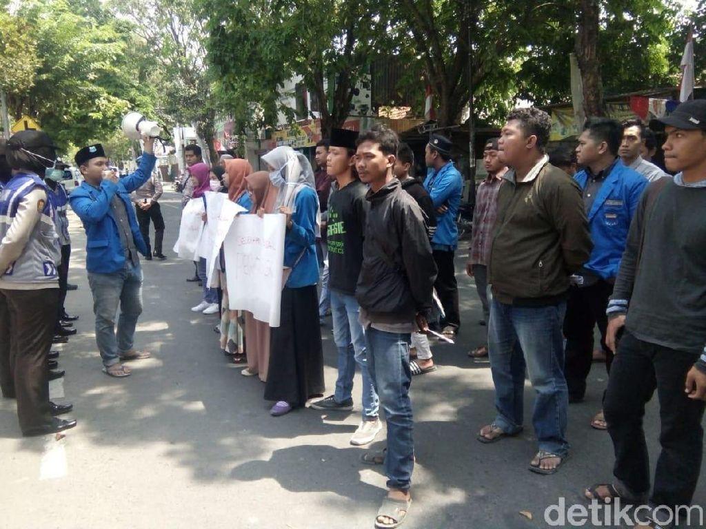 Hari Pertama Kerja, Absensi Anggota DPRD Lamongan Diminta Pendemo