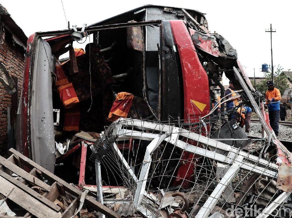 Bus Karyawan Ringsek Ditabrak Kereta di Karawang