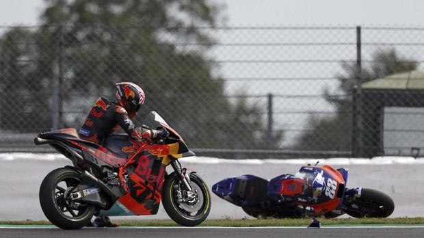 Red Bull KTM Factory Racing's French rider Johann Zarco (L) with his bike after crashing into Red Bull KTM  Tech3 Racing's Portuguese rider Miguel Oliveira during the Moto GP race of the British Grand Prix at Silverstone circuit in Northamptonshire, central England, on August 25, 2019. (Photo by Adrian DENNIS / AFP)